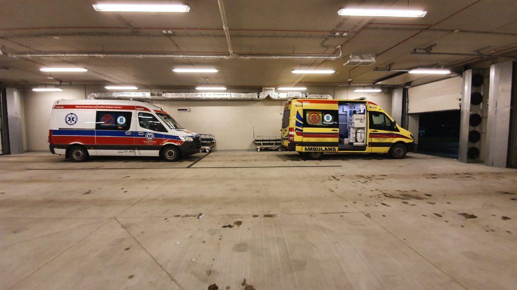 na zdjęciu widać dwie skawińskie karetki stojące w garażu szpitala uniwesyteskiego w krakowie przy ulicy Macieja Jakubowskiego