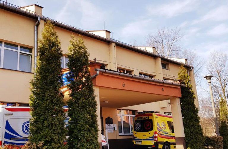 na zdjęciu widoczy jest budynek pogotowia Ratunkowego w Skawinie oraz 2 karetki stojące przed budynkiem